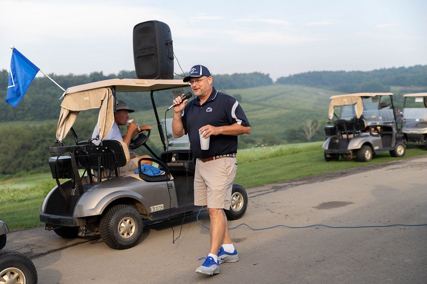 Chancellor welcomes golfers to golf outing