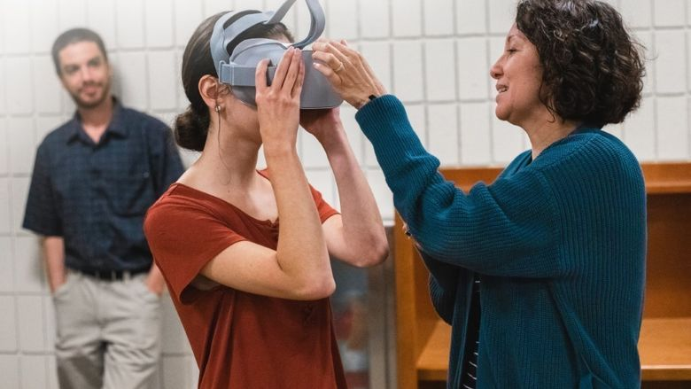 A Penn State New Kensington student tries a virtual reality headset